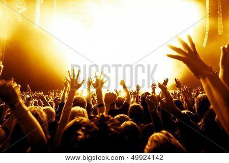 siluetas de concierto de la muchedumbre frente a luces brillantes