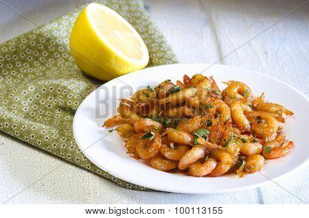 GRILLED HONEY GARLIC SHRIMP AT PLATE ON WOODEN TABLE