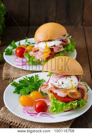 Sandwich with bacon and poached egg