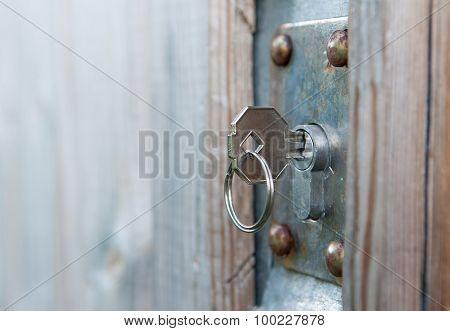 Keu In Rusted Door Lock