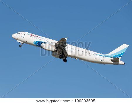 Passenger Airbus A321-231 Flies