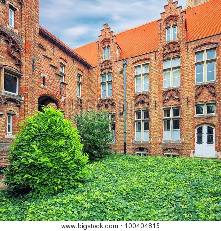 Oud Sint Janshospitaal courtyard