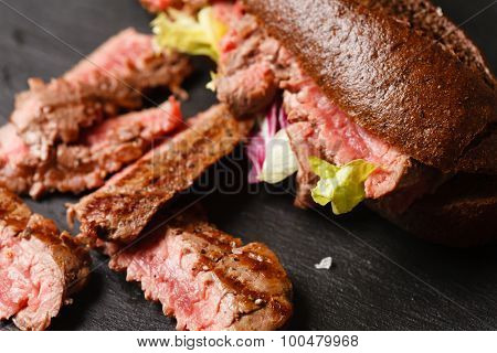 Bun with grilled roast beef