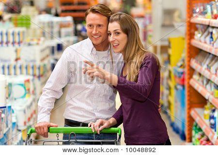 Menschen im Supermarkt einkaufen Lebensmittel