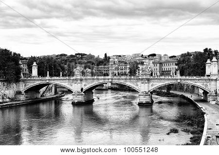 Bridge Across River Tiber, Ponte Umberto, Links Piazza Di Ponte Umberto I To Piazza Dei Tribunali In