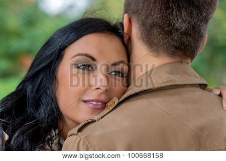 a young, verl liebtes couple in a park