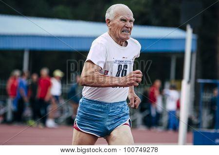 elderly man runs 400 meters