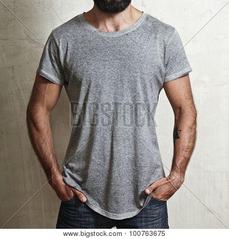 Muscular man wearing grey t-shirt