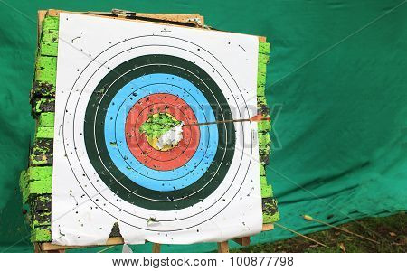 Target archery with protruding arrow