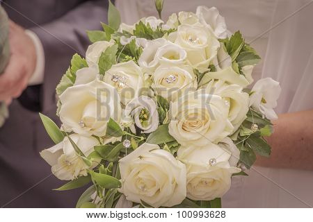 Wonderful White Wedding Flowers With Many Jewels And Roses