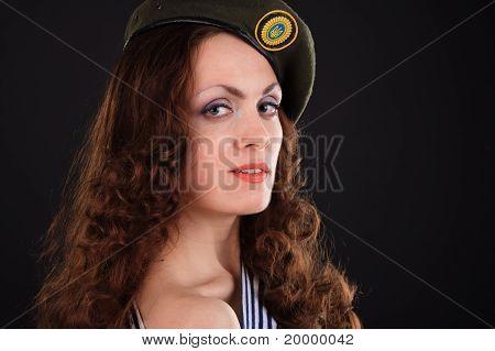 Jeune fille au béret militaire