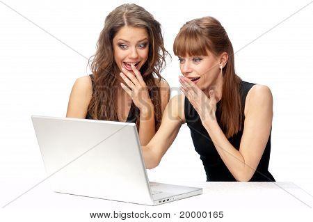 Twee vrouwen die werken op een Laptop