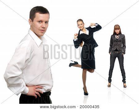 Mann trägt ein Shirt im Vordergrund und zwei Frauen In den Rücken