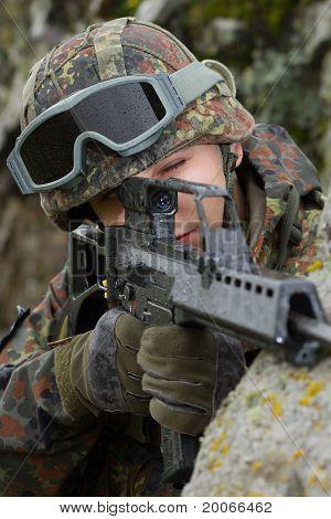 Soldado apuntando el destino con un Rifle