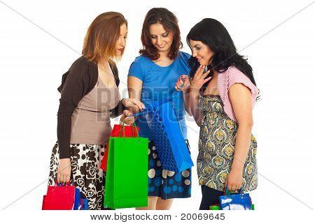 Drei Frauen auf der Suche In Einkaufstasche