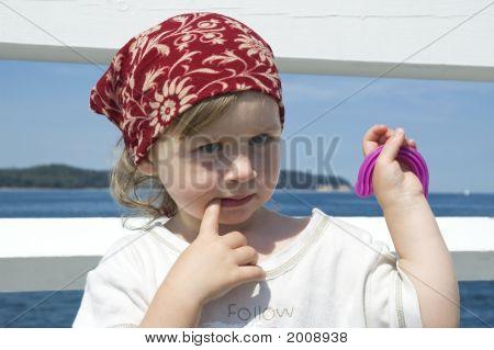 Süßes Mädchen auf ein Dock