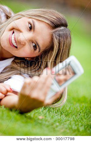 Frau ein Selbstporträt mit der Kamera auf ihrem Handy
