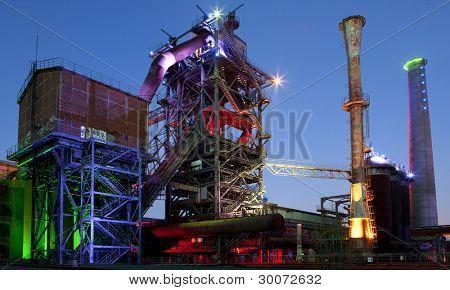 industria siderúrgica horno fábrica o planta abandonada antigua arquitectura industrial en la noche con co