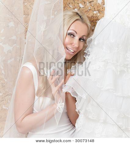 La novia feliz trata sobre un vestido de novia