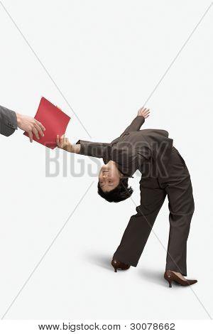 geschäftsfrau bücken rückwärts, um Kollegen zu Ordner