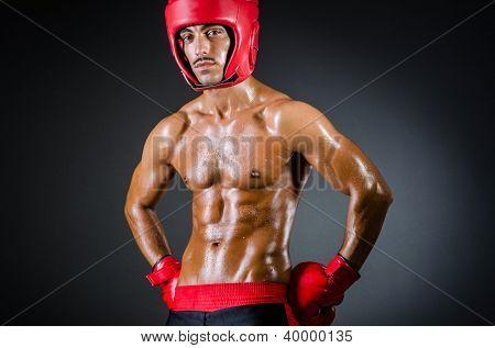 Boxeador muscular en estudio oscuro