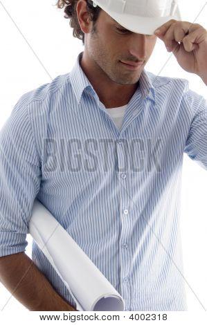 Joven guapo arquitecto vistiendo casco con planos