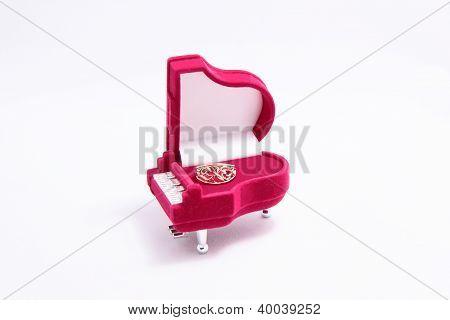 Um pequeno caixão com um anel.