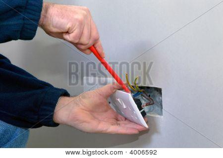 Electricista instalar una toma de corriente