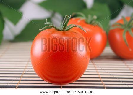Drei Tomaten auf Bambus-Serviette