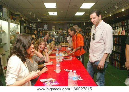 BURBANK, CA - FEBRUARY 16:  Fans line up for autorgraphs at the