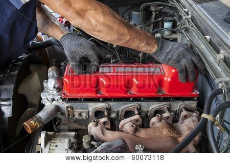Hand Repair And Maintenance of Cylinder Diesel Engine Of Light Pick Up Truck