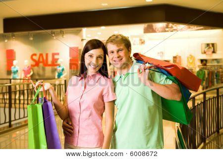 Casal de compradores compulsivos