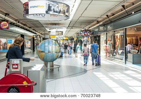 People Shopping At Schiphol Plaza