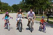 Постер, плакат: Современные семьи родители и дети Велоспорт