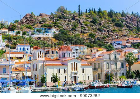 9 jan. 2015 view of the beautiful Greek island Hydra. There is a fishing boat on the foreground and some local architecture on the background. The view is from the sea as the cruise ship embarked in Hydra.