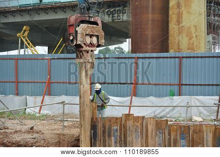 Retaining wall steel sheet pile cofferdam installation by machine