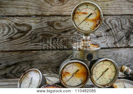 Old pressure gauge on wooden background and empty area for text, damage gauge from operation oil