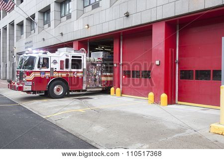 NEW YORK CITY, USA, 11 september 2015: Fire Truck Backs Into River Street Lower Manhattan Garage