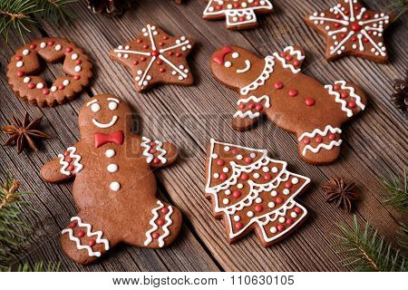 Gingerbread cookies man and woman couple christmas holiday composition with icing on vintage wooden