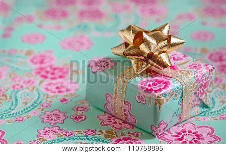 Single gift box with ribbon