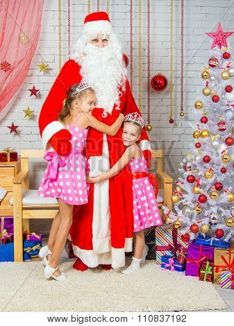 For Children In The New Year's Eve Santa Claus Came, They Happily Embrace It