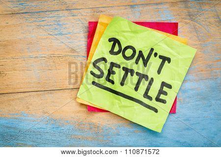 Do not settle - motivational advice or reminder on a sticky note