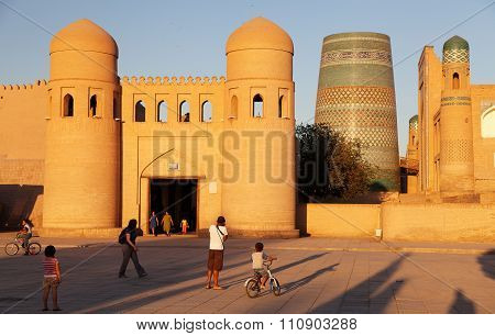 Uzbek People Before Wall Of Itchan Kala - Khiva