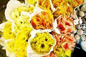 Постер, плакат: Розы предлагаемых в цветок рынок рано утром