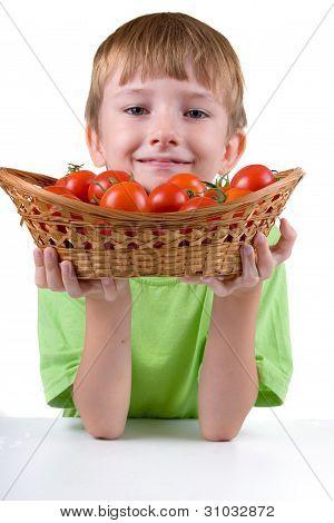 Muchacho con tomates