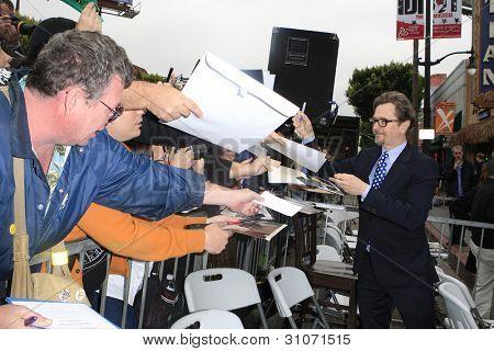LOS ANGELES, CA - 16 de MAR: Gary Oldman en una ceremonia donde Malcolm McDowell es honrado con una estrella en