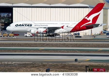 LOS ANGELES, CA - 23 de outubro: A Qantas Airways A380 táxis no Aeroporto Internacional de Los Angeles (LAX)