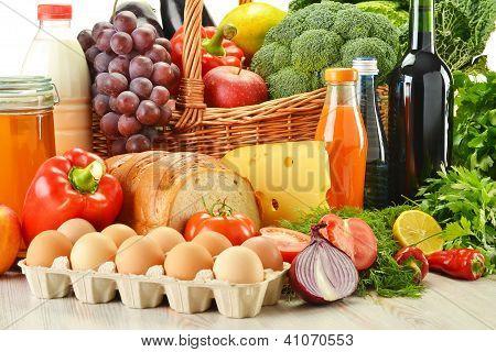 Постер, плакат: Продукты в плетеную корзину включая овощи и фрукты, холст на подрамнике