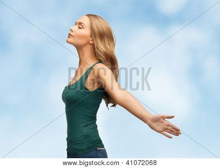 imagens de mulher feliz, espalhando as mãos sobre o céu azul.
