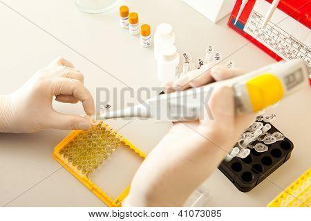 Laboratório de pesquisa de DNA